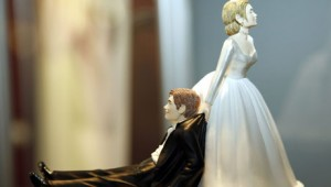 Bride and groom statuete